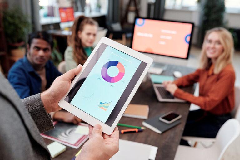 Personne avec une tablette dans les mais pour la digitalisation de son entreprise