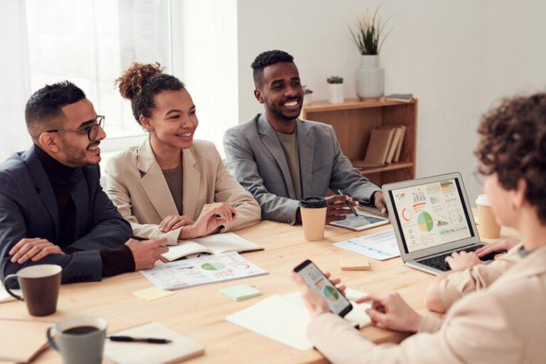 Groupe de personnes discutant d'un audit d'entreprise