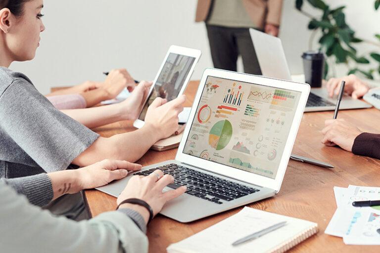 Groupe de personnes sur des ordinateurs pour la digitalisation de l'expertise comptable VDL Conseil