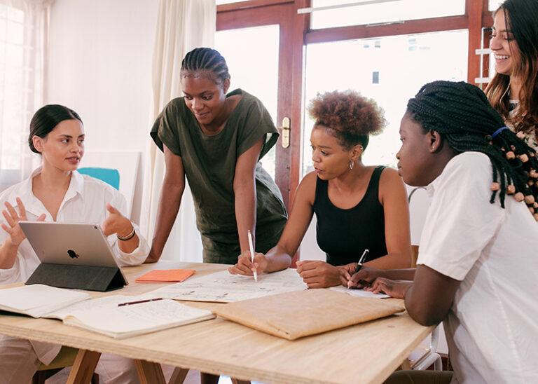 Groupe discutant de la gestion des salariés